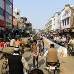 Nie ważne czy są to spokojne wioski, czy też tętniące życiem metropolie, wszechobecnym, popularnym i tanim środkiem transportu są riksze. Przejażdżka po tłocznym Varanasi sama w sobie jest obowiązkową atrakcją turystyczną.