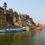 Widok na ghaty – stopnie prowadzące w dół ku rzece. Wzdłuż Gangesu tylko w samym Varanasi jest kilkadziesiąt takich miejsc.