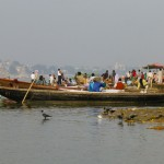 Wiele ludzi kąpie się po drugiej, niezamieszkanej stronie rzeki, gdzie woda jest znacznie czystsza.