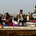 Na wodach Gangesu natknąć się można na każdy element życia. Tutaj początek wesela, tańce i zabawa na łodziach.