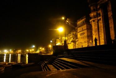 Po zakończeniu ceremonii jeszcze chwilę trwa zamieszanie, ale ludzie szybko rozchodzą się do domów – schody nad Gangesem pustoszeją.