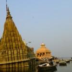 Świątynia podmyta przez Ganges w porze monsunowej.