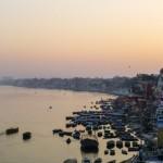 Do Varanasi dotarliśmy wieczorem, w sam raz na zachód słońca.