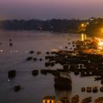 Wraz z zachodem słońca nad brzegiem Gangesu zaczyna robić się tłoczno. Każdy wyczekuje wieczornej modlitwy, tu w formie małego przedstawienia, które nosi nazwę Ganga aarti.