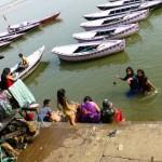 Kąpiel w Gangesie oczyszczająca ze złej karmy jest obowiązkowym punktem pielgrzymujących do Varanasi hindusów. Ta święta rzeka poza kąpielami służy miejscowym również przy praniu, goleniu i wszystkich innych czynnościach związanych z wodą, w tym z odprowadzaniem ścieków ze wszystkich 116 miast leżących nad brzegiem rzeki. Ponadto, każdy hindus marzy o tym, aby jego spopielone ciało zostało wrzucone w wody Gangesu.