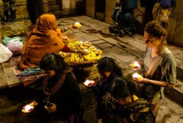 Kolejka na schodach do Gangesu. Każdy chce puścić świeczkę z intencją.