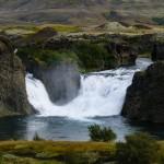 Jest to Hjalparfoss, a nazywany jest wodospadem pomocy.
