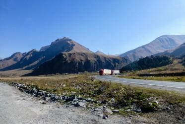 Wracając z Kazbegów tureckim tirem koniecznie chcieliśmy zobaczyć dolinę Truso. Ani jadący z nami na stopa amerykanie, ani kierowca tira chyba o niej nie słyszeli, bo wszyscy ze zdziwieniem patrzyli się, jak wysiadamy z samochodu pośrodku niczego.