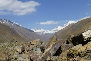 W oddali, za górami Osetia Południowa.