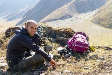 Nim gruzini zdążyli nas upić do reszty, udaliśmy się na pobliskie wzgórza. Herbatka pomogła nam wytrzeźwieć.