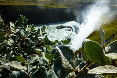 Nie bez powodu Gullfoss jest tak popularny. Wielopoziomowe kaskady spadającej wody robią niesamowite wrażenie. A szczególnie z góry, z okolicznych wzniesień.