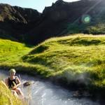 Po około godzinnym trekkingu wyłania się malownicza dolinka, której środkiem płynie gorrrąca rzeka. Chcieliśmy zostać tam na zawsze, miejsce jest obłędne!