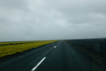 Po powrocie z Islandzkich highlandów, czyli dość niedostępnych dla turystów obszarów obejmujących środkową część wyspy, zapragnęliśmy zobaczyć sztandarowe atrakcje Islandii. No ale najpierw trzeba do nich dojechać.