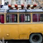 Armenia jest krajem kontrastów. Z jednej strony światowej klasy, unikalne zabytki, a z drugiej biedne, zniszczone osiedla i pustki w sklepach. Na zdjęciu typowy autobus miejski. Na dachu butle z gazem.