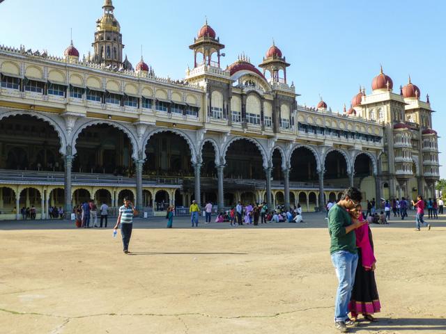 Amba Vila robi wrażenie, ale tłumy ludzi mocno zniechęcają do zwiedzania. Tutaj tego nie widać, ale w środku pałacu zwiedzanie polega na ciągłym przepychaniu się przez powooolną masę ludzi. Co ciekawe, to właśnie w niepozornym Mysore mieliśmy do czynienia z największymi w podróży po Indiach tłumami, tłokiem i zgiełkiem. Nigdy nie zwiedzajcie turystycznych hinduskich miast w weekendy!